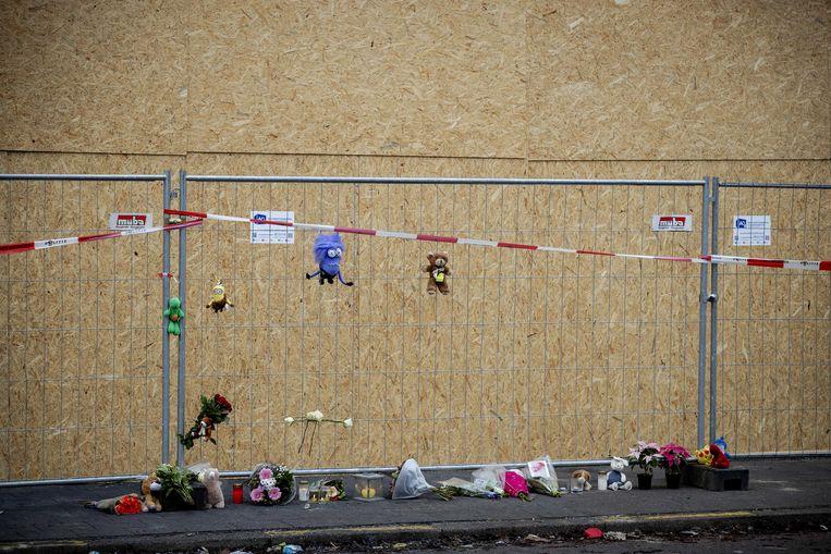Bloemen en knuffels op de plek waar een 39-jarige vader en zijn 4-jarige zoon om het leven kwamen.  Beeld ANP