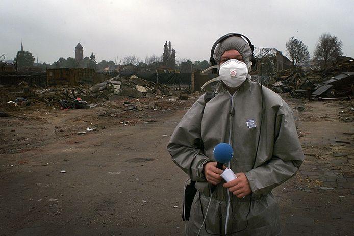 Danny de Vries, enkele dagen na de ramp gefotografeerd, op de plek waar hij de ontploffingen filmde. De foto  is de cover geworden van zijn boek.