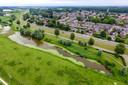 De dijk tussen Olst en Zwolle wordt de komende jaren versterkt. Hier op drone-beeld Olst.