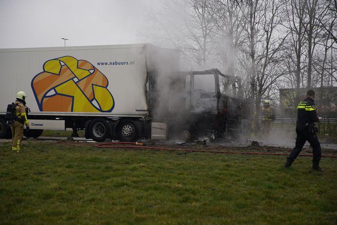 Een vrachtwagen staat in brand langs de A50.