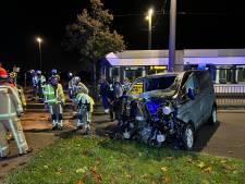 Bestelwagen ramt bushalte aan Wijnegem Shopping