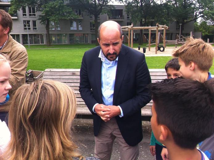 Ahmed Marcouch bezocht vrijdag diverse Osse wijken en ging in gesprek met de inwoners.