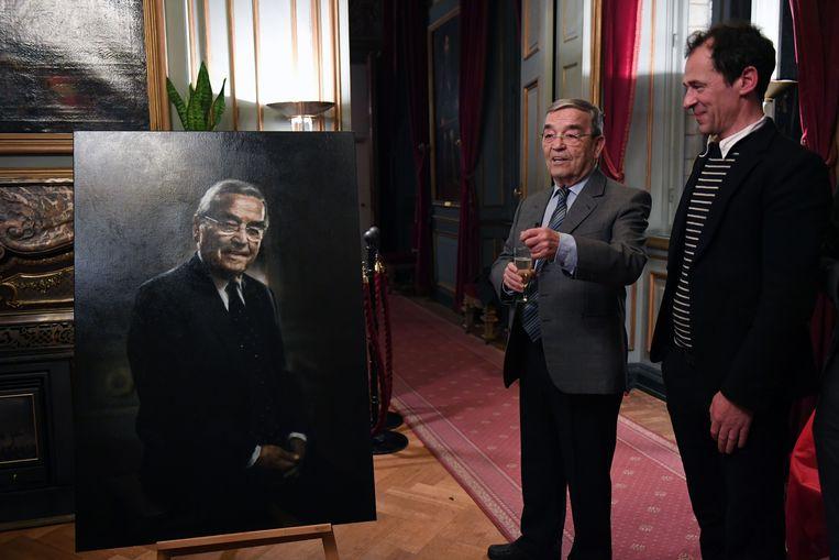 Ereburgemeester Louis Tobback en kunstenaar Dirk Eelen bij het portret dat vanaf nu een plaats krijgt in het eerste salon van het historisch stadhuis van Leuven.