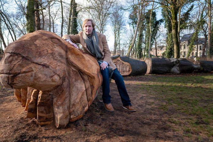Een omgewaaide beuk op de Lierse vesten kreeg een nieuw leven als houtsculptuur. Schepen Bert Wollants poseert bij het kunststukje.