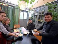 Authentiek Indiaas met grote glimlach in Enschedese kas
