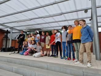 """Leerlingen Sint-Jozefschool schreven tekst voor nieuwe single Manu Huylebroeck: """"Dit was zo goed dat we er echt iets meer mee moesten doen"""""""