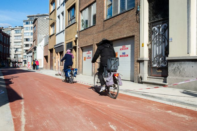 De Kroonstraat kreeg een rode laag asfalt