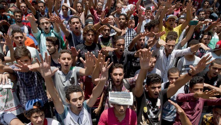 Egyptische studenten tijdens een betoging op 29 juni 2016 waarmee ze het ontslag eisten van de minister van onderwijs. Beeld AP