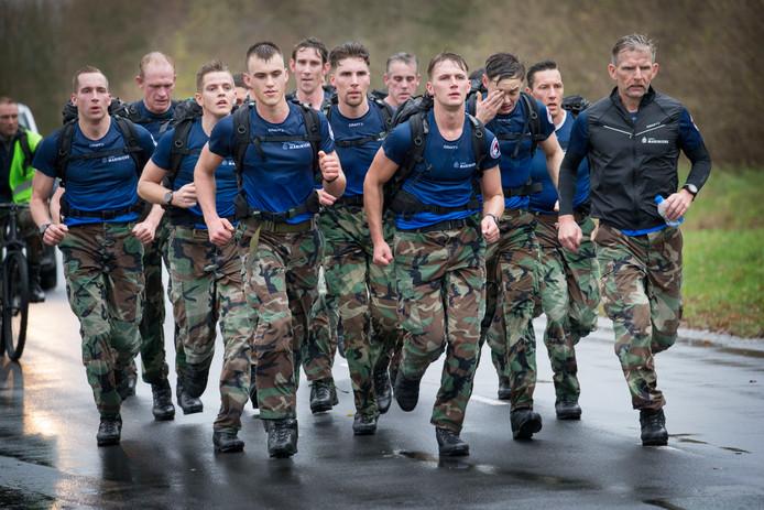 Is het beeld van mariniers die zich in het zweet werken straks in Apeldoorn te zien?