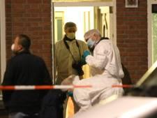 Persoon overleden in woning Oudemansstraat: Forensische Opsporing doet in witte pakken onderzoek