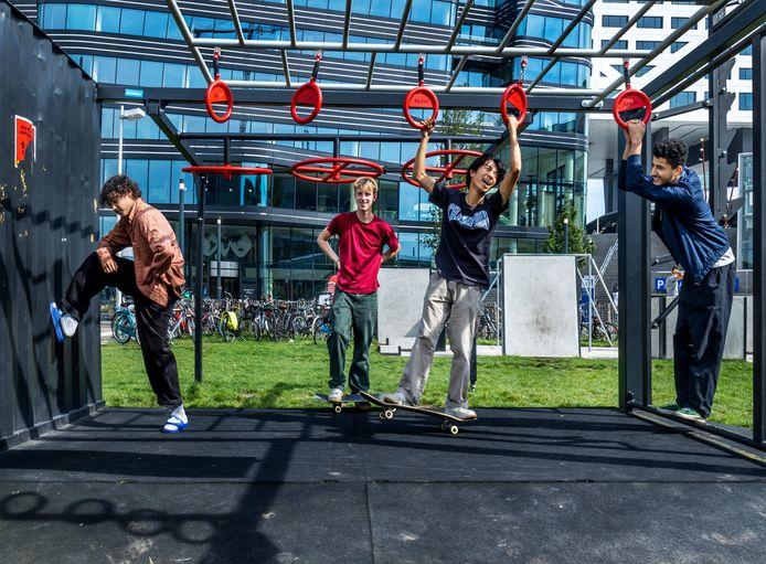 Van links naar rechts: Maic (20), Sten (17), Jeri (14) en Ftmina (22), skatevrienden. Op hun hangplek op het Jaarbeursplein.