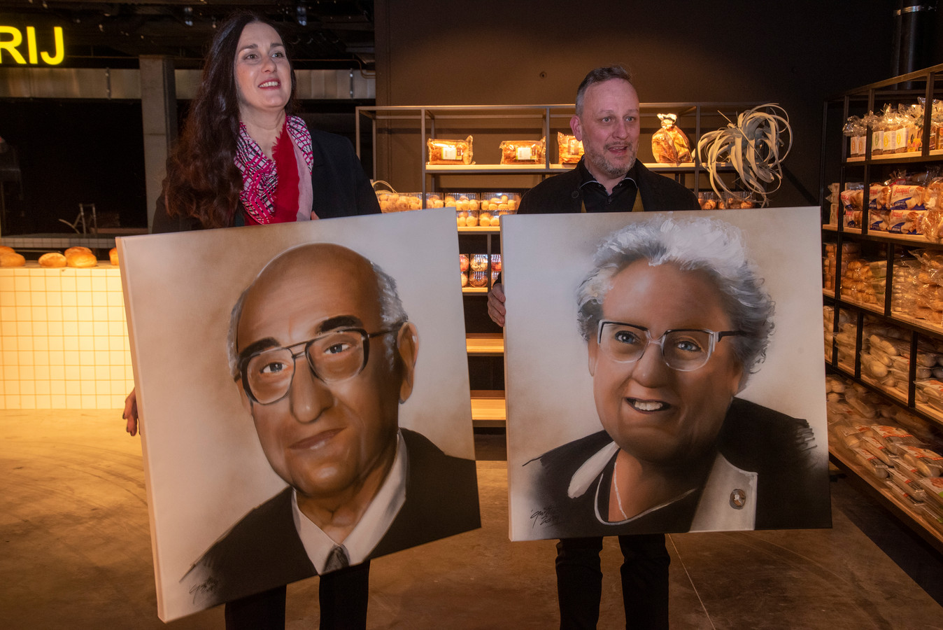Eva en Philippe met de portretten van Fons en Margriet.