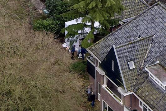 Onderzoek bij het huis van Els Borst.