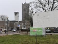 Welke mysterieuze 'kunstenaar' kalkt de verkiezingsborden in Mill wit?