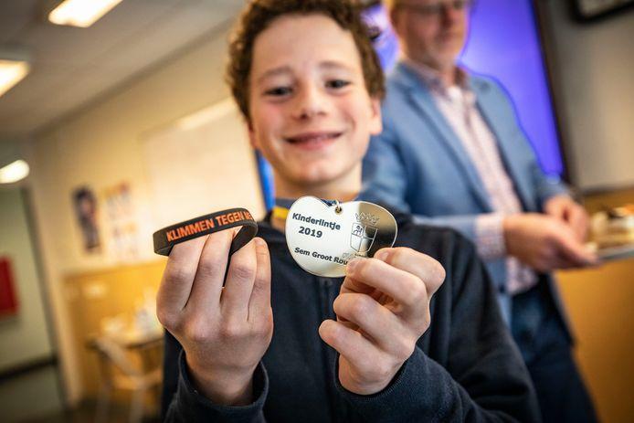 Sem Groot Rouwen werd in 2019 al verrast met de boodschap dat hij een kinderlintje zou krijgen voor zijn actie tegen MS. Maandag kreeg hij eindelijk de medaille uitgereikt uit handen van wethouder Rob Christenhusz.