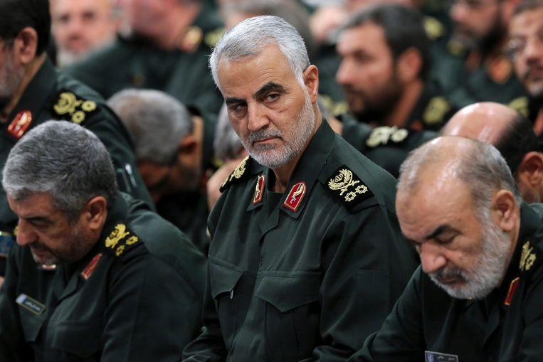 Qassem Soleimani (midden), hoofd van het elitekorps Quds Force van de Iraanse Revolutionaire Garde, die omkwam bij de Amerikaanse aanval.  Beeld AP