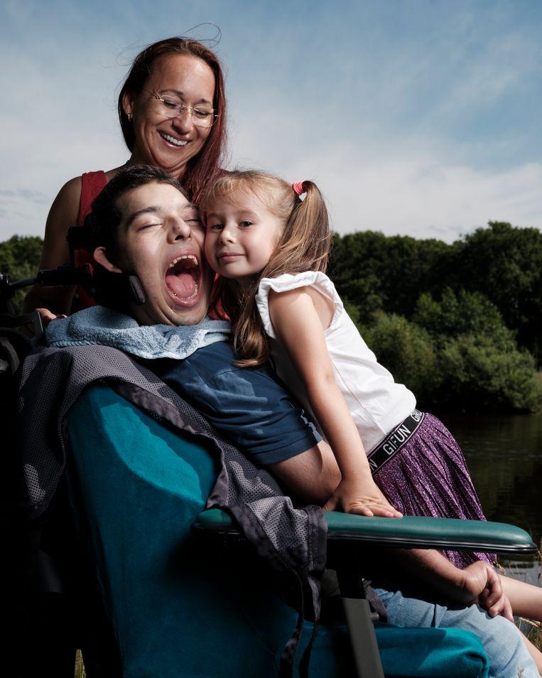 Diego met zijn moeder Kate Wilthagen en zusje Sky. Op zijn 17de werd bij Diego eindelijk de diagnose gesteld: hij lijdt aan het syndroom van Allan-Herndon-Dudley (AHDS). Beeld Erik Smits