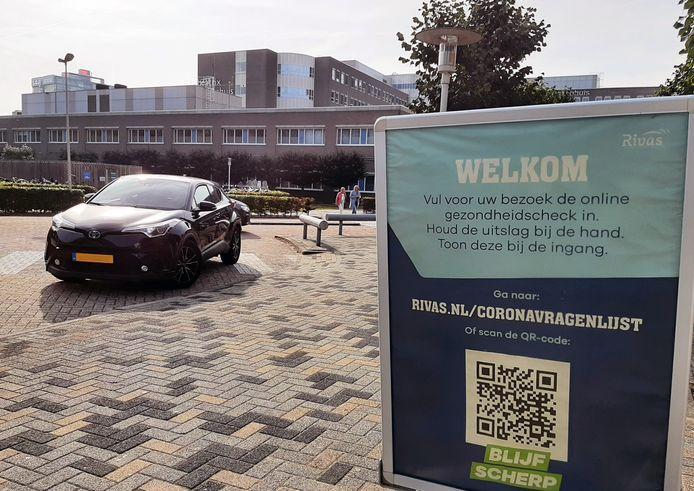 Een informatiebord op het terrein van het Beatrixziekenhuis geeft aan welke maatregelen er nu nog gelden.