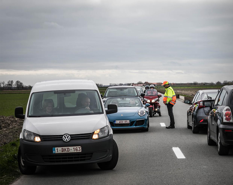 Belgen worden aan de grens geadviseerd rechtsomkeer te maken ter hoogte van een wegblokkade.