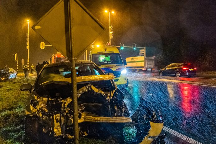 Veel schade na ongeval Burgemeester Letschertweg Tilburg