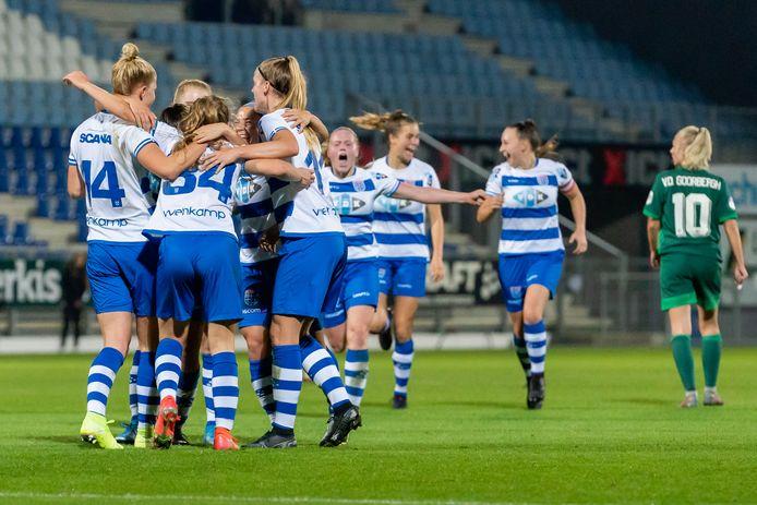 Vreugde bij PEC Zwolle Vrouwen na de treffer van Jeva Walk (34), die drie punten waard blijkt te zijn.