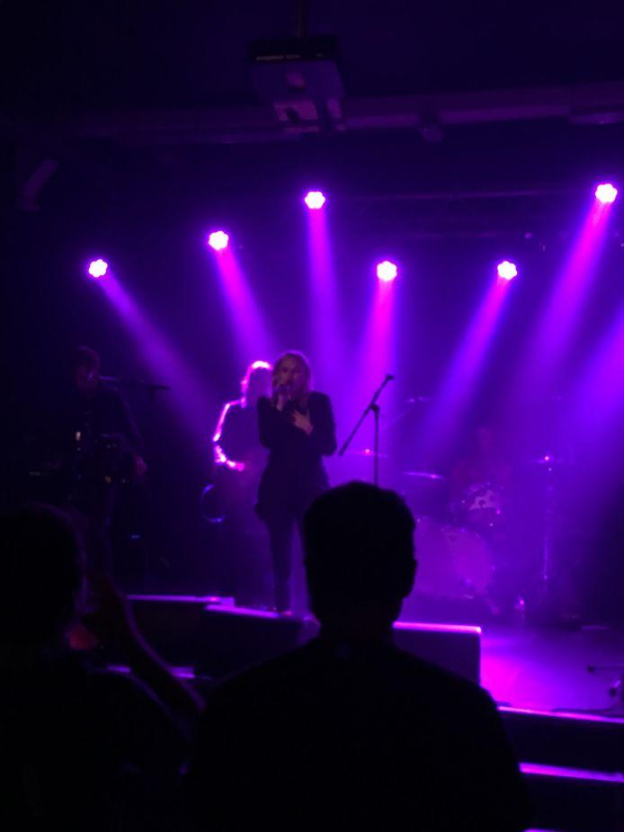 Frontvrouw Grace McKagan doet op het podium vaak denken aan Courtney Love van Hole.