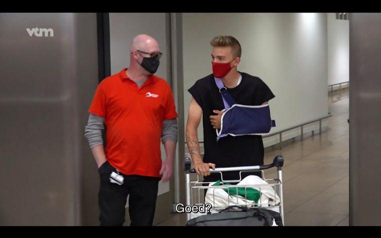 Een gewonde Thibau Nys komt aan op Zaventem. Beeld VTM