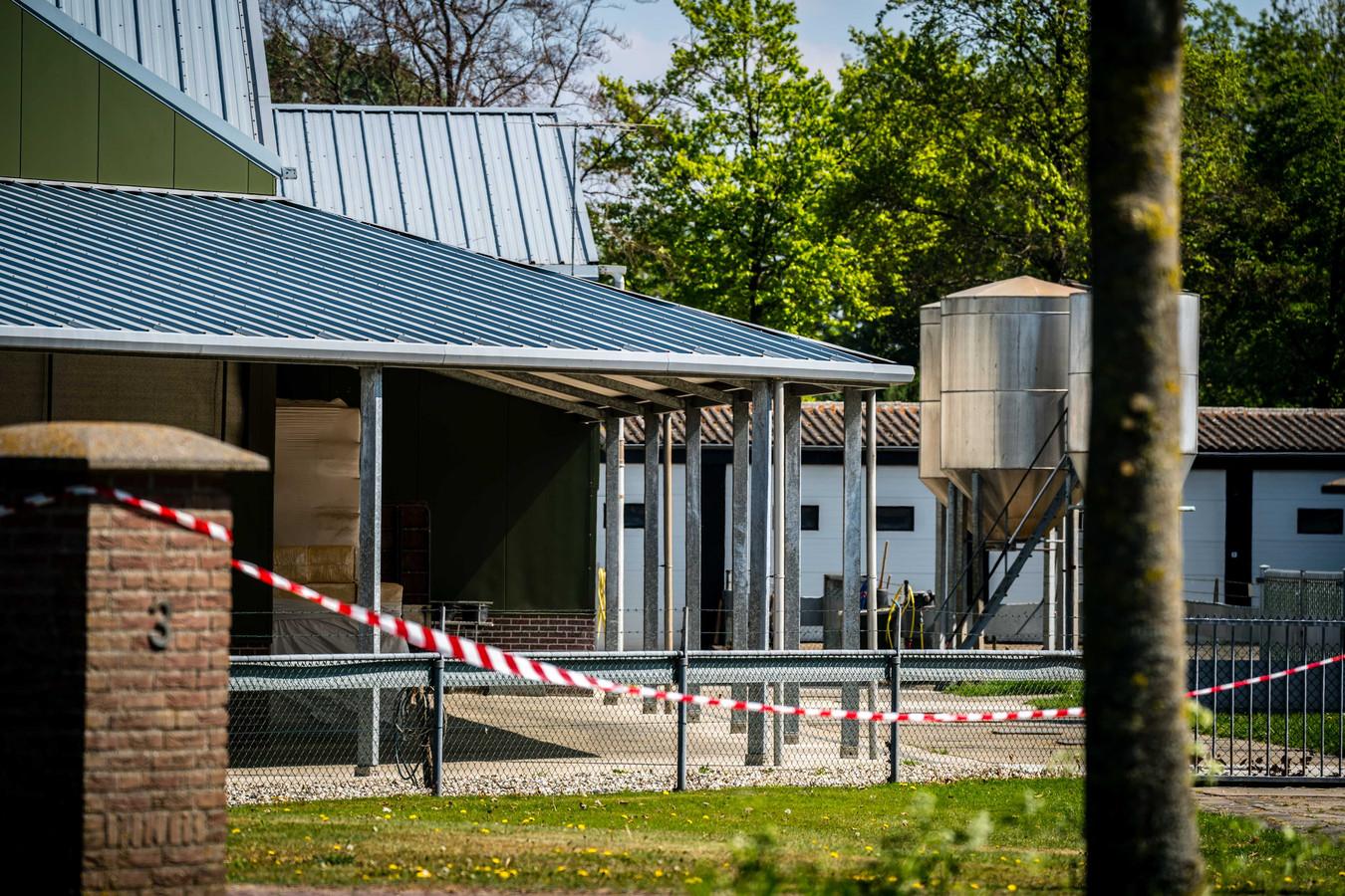 Linten bij de nertsenhouderij in Beek en Donk. De boerderij werd gesloten nadat bleek dat dieren besmet waren geraakt met het coronavirus.