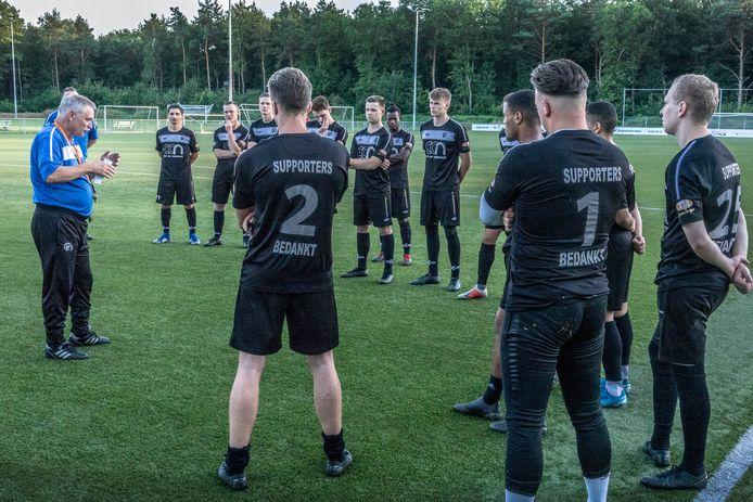 Ruud Kaiser geeft training aan de selectie van Achilles'29, afgelopen seizoen.