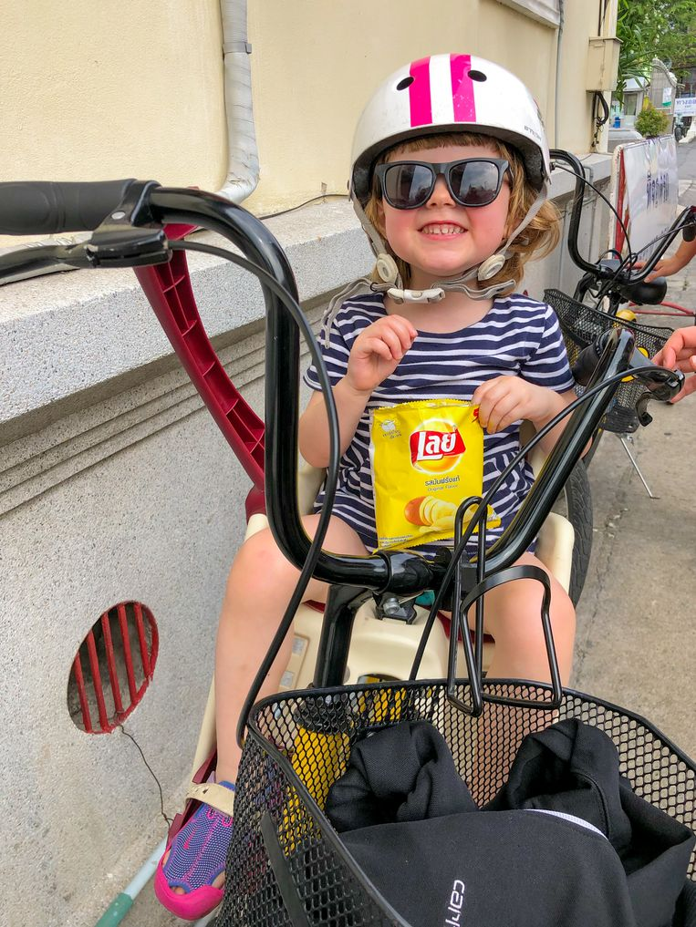 Dochter Ida op een Co van Kessel-fiets in Bangkok.  Beeld Thibaut Renard