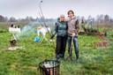 Geert-Jan van Nistelrooij samen met zijn vrouw Kestrel Maher voor het veld waar vrijwilligers het voedselbos aanplanten.