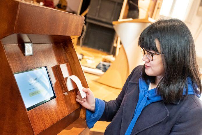 Marijke Pattan (26) bij haar Automatic Praying Machine, die in de Nieuwe Kerk de publiekstrekker moet worden.