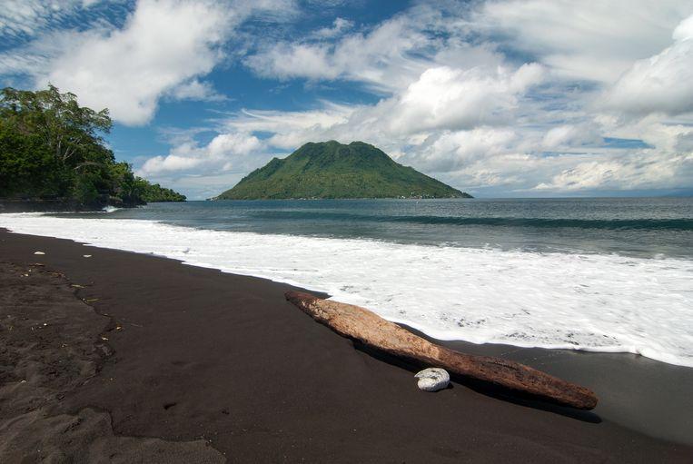 Het Sulamadahastrand in Ternate (noorden van de eilandengroep Molukken). In de hele eilandengroep wordt een tsunamialarm afgekondigd.