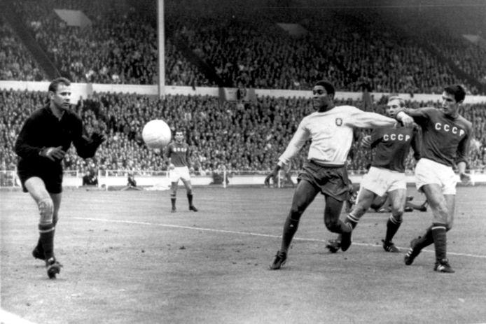De Portugees Eusebio (midden) stuit op de wereldberoemde keeper Lev Yashin. Wembley stadion Londen 28 juli 1966.