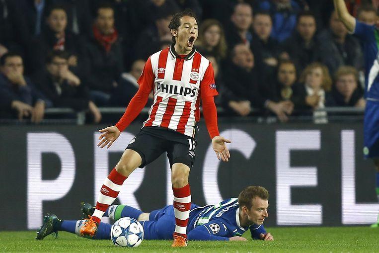 Andres Guardado (M) van PSV in duel met Maximilian Arnold (R) van VFL Wolfsburg. Beeld anp