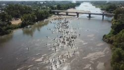 Honderden migranten steken rivier over in Mexico: politie moet tussenkomen