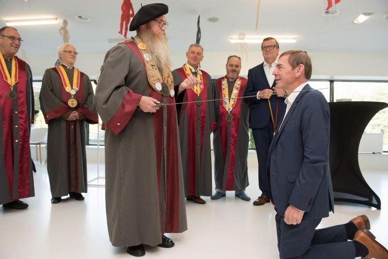 Burgemeester Luc Dupont wordt net als de schepenen van Ronse opgenomen in de Orde van Manneken Pis.