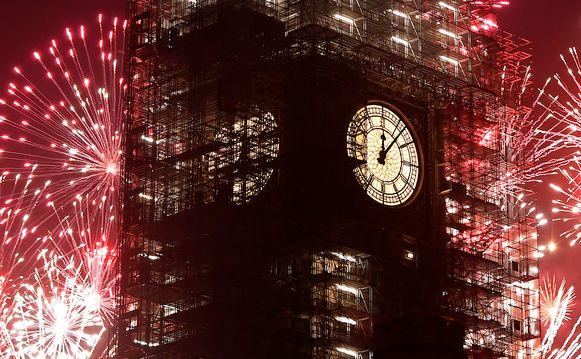 Vuurwerk verlicht de nacht achter de Big Ben in Londen om iets na middernacht.