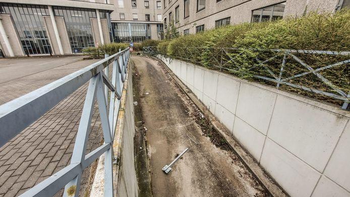 De toegang tot de vroegere parking onder het ziekenhuis