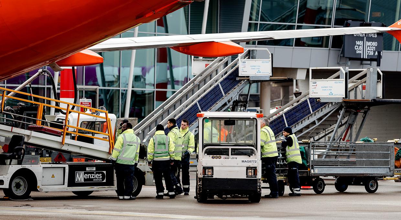 Bagage wordt in een toestel geladen op Schiphol.