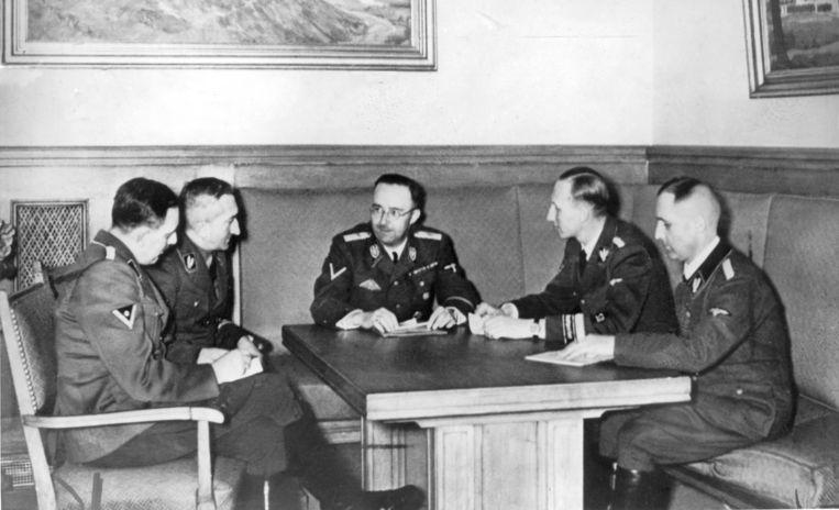 Reynhard Heydrich (rechts) zit naast SS-baas Heinrich Himmler (centraal). Beeld BELGAIMAGE