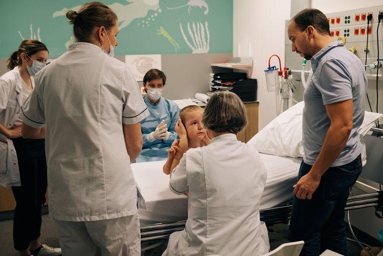 Spinraza kan enkel via een ruggenmergpunctie worden toegediend. Tuur kent de procedure in het kinderziekenhuis ondertussen. Beeld Wouter Van Vooren