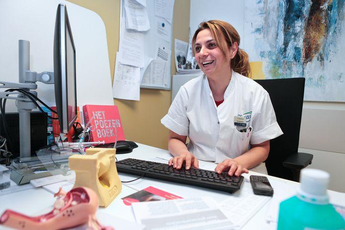 Gynaecologe Yvette Zantvoord is één van de artsen in het Beatrixziekenhuis die met patiënten appt. Voor het maken van deze foto heeft zij haar mondkapje tijdelijk afgedaan.