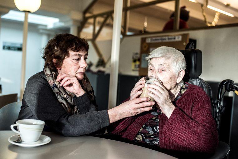 Anne, de mama van Wannes Deleu, met haar mama, Grootmoe Rosa. Beeld Tine Schoemaker