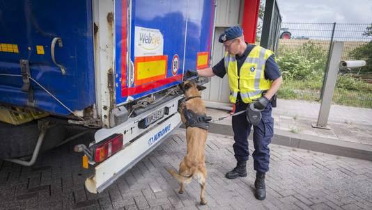 De mobiele teams van de marechaussee breiden hun controles in de grensstreek uit om te kijken of meer vluchtelingen naar Nederland komen.