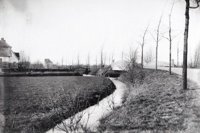 Geheel rechts op deze foto uit begin 1900 de toen nog landelijke Randenbroekerweg met slechts enkele, royale woningen. Aan beide kanten van de weg liep een smalle sloot met aangeplante bomen.