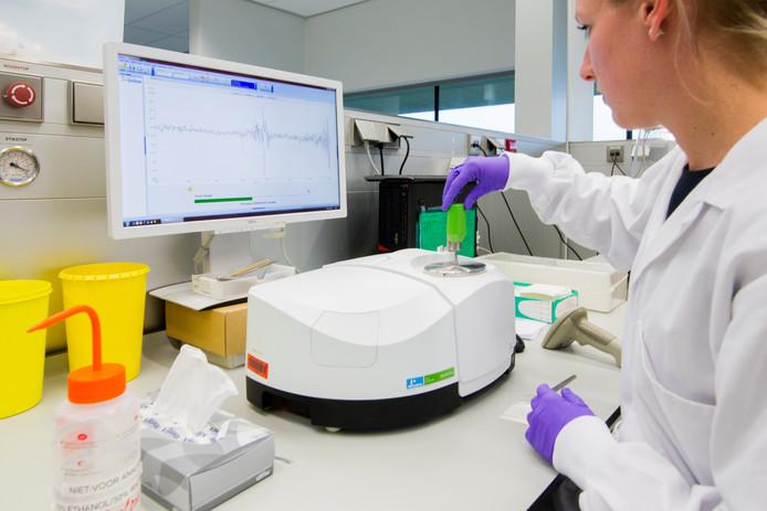 DNA-sporen en materialen worden onder de beste omstandigheden bewaard en onderzocht, zowel door de machine als door de mens bij het Nederlands Forensisch Instituut (NFI).