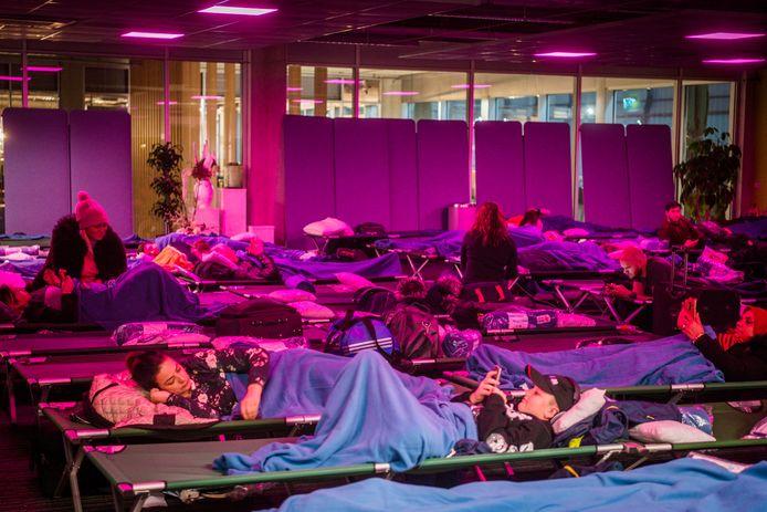 Passagiers slapen op Eindhoven Airport vanwege de mist
