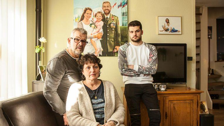 De familie van de door een granaat omgekomen Henry Hoving. Zijn moeder Greetje Groenbroek, stiefvader Jan Groenbroek en halfbroer Matthijs. Beeld Harry Cock/de Volkskrant