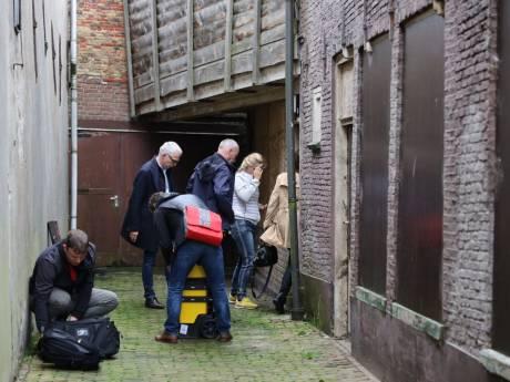 Politie doet twee invallen in Zwartsluis in zaak van verborgen gezin Ruinerwold, morgen meer onderzoek in woning